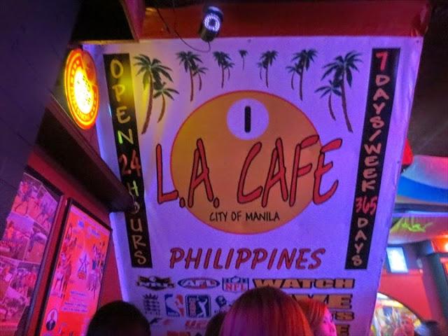 LAカフェの店内とロゴマーク