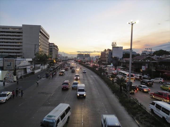 エドサ(大)通りをモールオブエイシア方面に望む