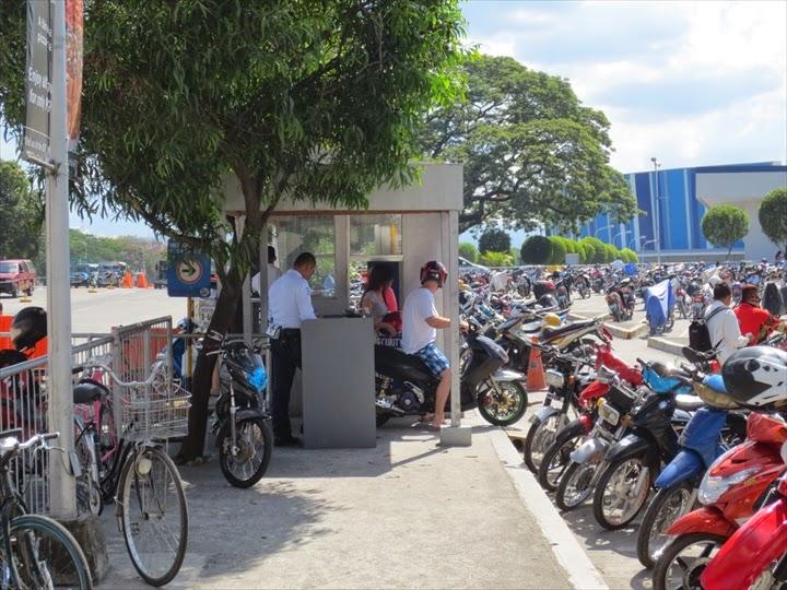 SMクラークのバイク専用駐輪場入り口