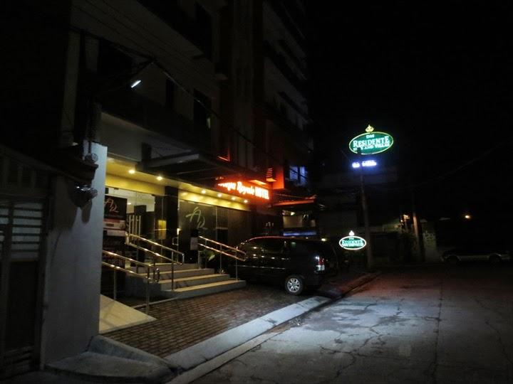 アポロニア・ロイヤル・ホテル-夜の正面玄関