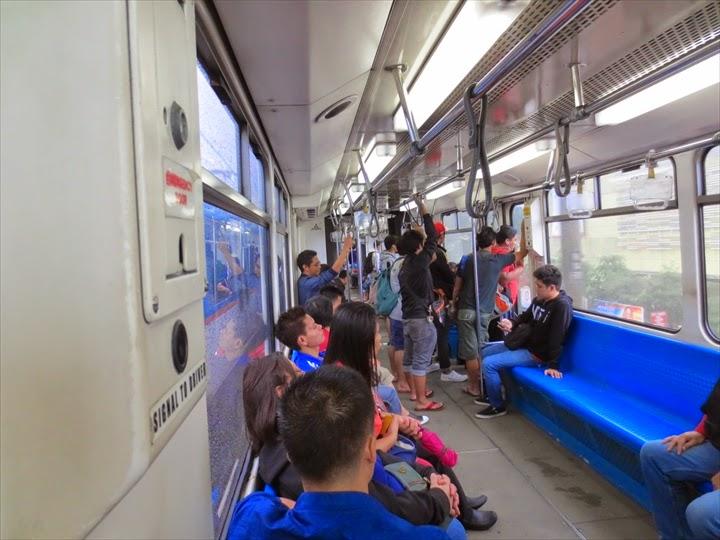 MRTの列車内の様子