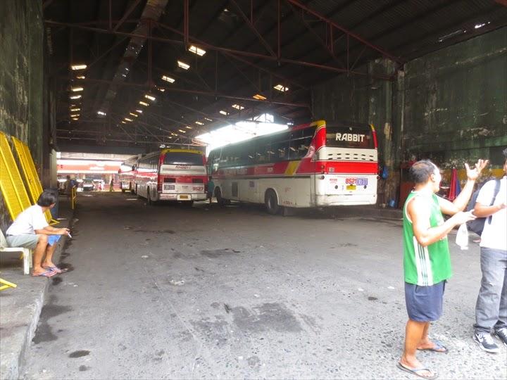 アベニダのフィリピンラビット裏手で停車