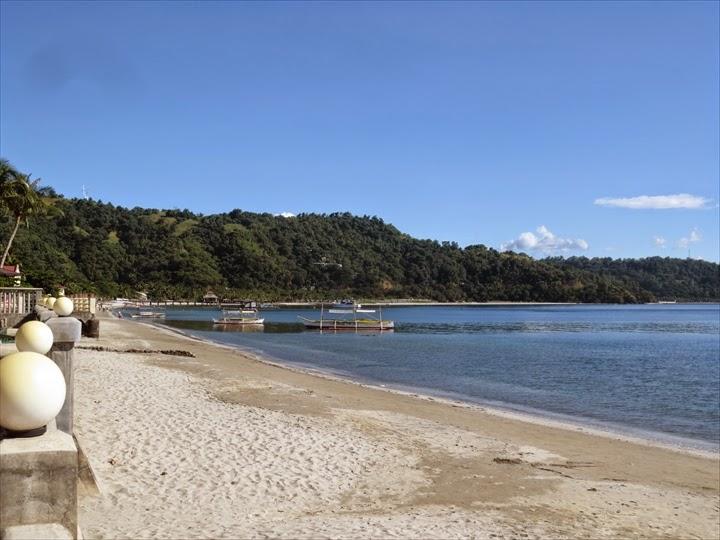 バイ・ザ・シー・リゾート - ビーチの左方面を望む