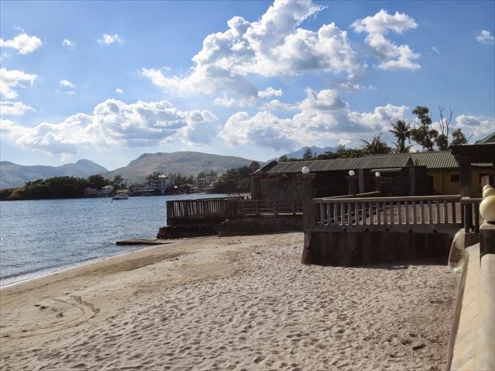 バイ・ザ・シー・リゾート - ビーチの右方面を望む