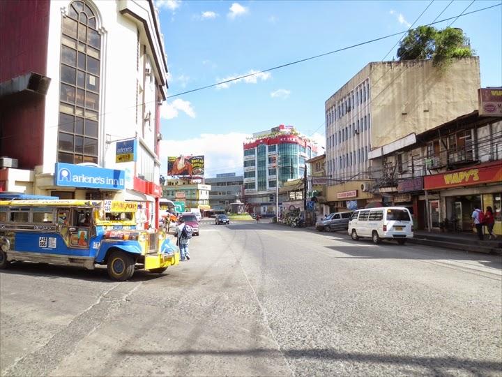 ミニバスでダオからオロンガポへ - オロンガポバス停前