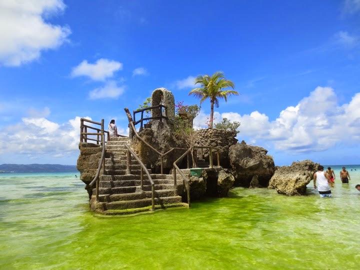 ゴールデンウィークのボラカイ島のウィリーズロック周辺の緑藻