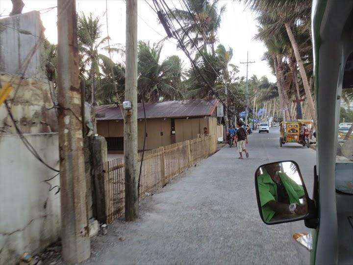 ボラカイ島の電動トライシクルの車窓から