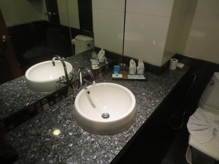 パタヤ ブルースカイホテル - 洗面所