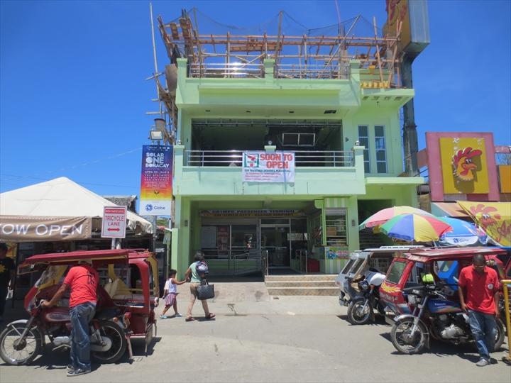 ボラカイからカリボへ - バンの待合室のあるビル