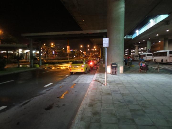 この写真は別の日に撮影したターミナル3のイエロータクシーの様子