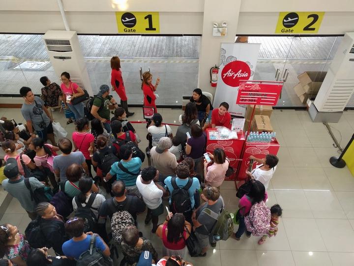 カリボ空港でチキンジョイが配られる(1)