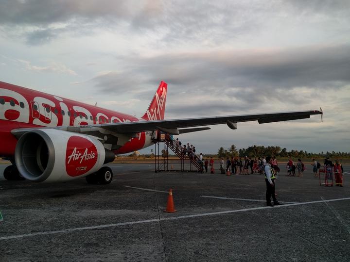 カリボ国際空港のエアアジア機(遅延5時間半)