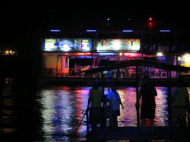 フローティングバーへ渡る筏
