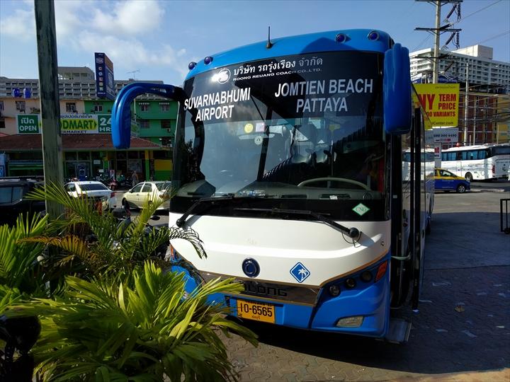 エアポート・パタヤ・バスのバス停前(3)