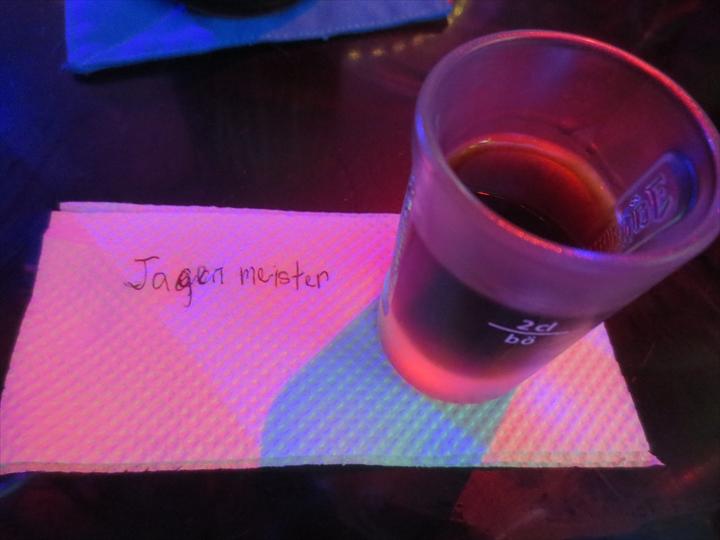 アンヘレスのバーで飲むショットドリンク(イエーガーマイスター)