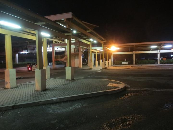閑散とした深夜未明のマーキーモール駐車場付近