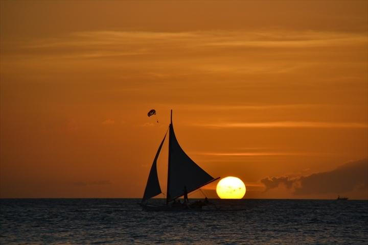 ボラカイ島のホワイトサンドビーチの美しいサンセット