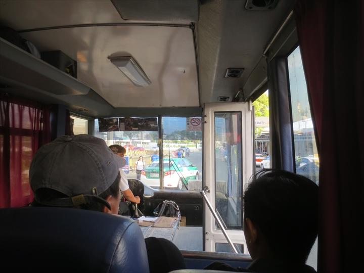 エアポートループバスでターミナル1へ(車内の様子)