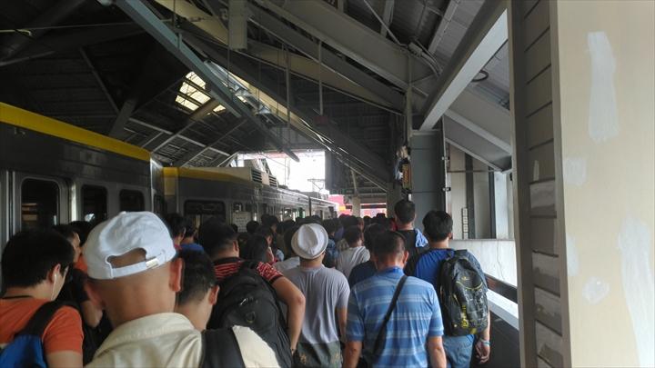 LRTバリンタワックを経由してアンヘレスから移動(エドサ駅で下車したホーム)