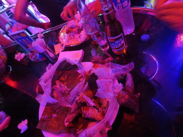 アンヘレスのバーで食べるレッチョンマノック