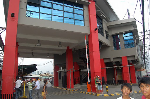 ビクトリーライナーバスターミナルの入り口です。小奇麗ですね。