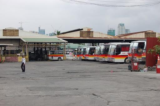 ターミナル構内の奥のバス待機場です。