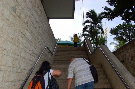 到着階から出発階に向かう階段