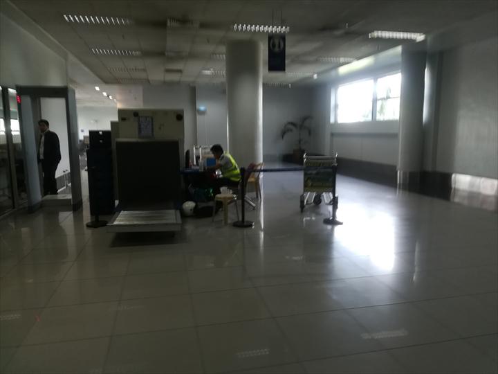マニラ空港の空港敷地内循環バス(セキュリティチェック)