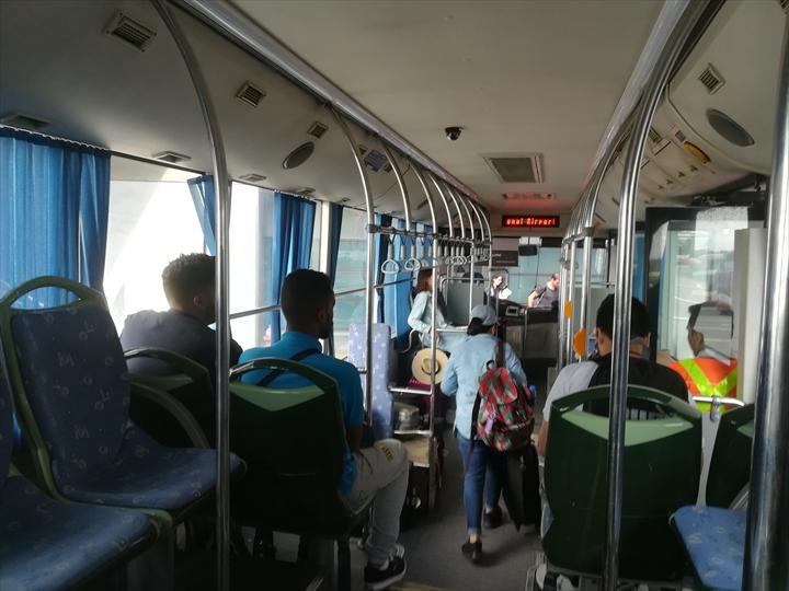 マニラ空港の空港敷地内循環バス(バス車内)