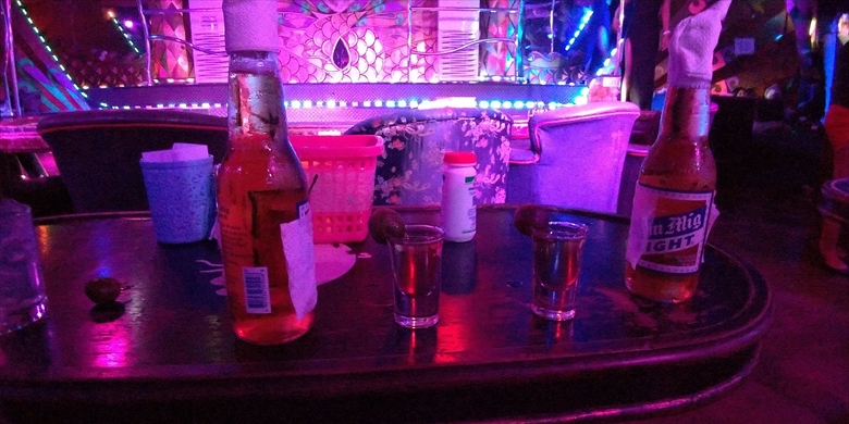 アンヘレスでテキーラを飲む