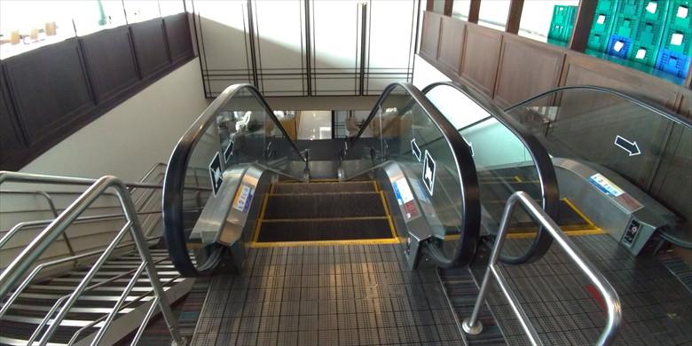 ドムアン国際空港のコーラルラウンジ(エスカレーターを下りる)