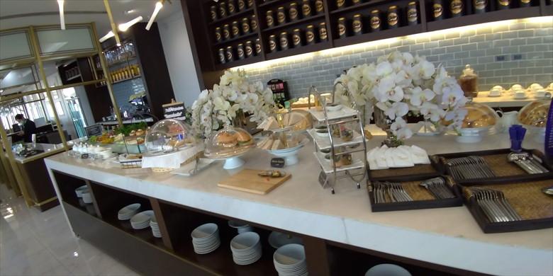 ドムアン国際空港のコーラルラウンジの様子(食事類全体の様子)