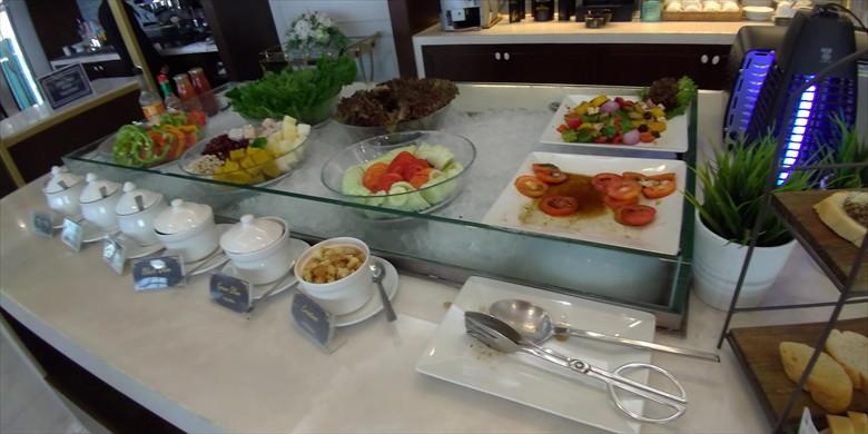 ドムアン国際空港のコーラルラウンジの様子(サラダコーナー)