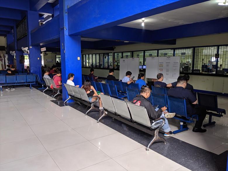 フィリピンの運転免許証を更新(ウィンドウ前の待合席)